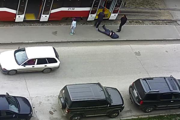 Пассажира вынесли из трамвая и положили у рельсов — так он пролежал около получаса, пока не приехала скорая помощь