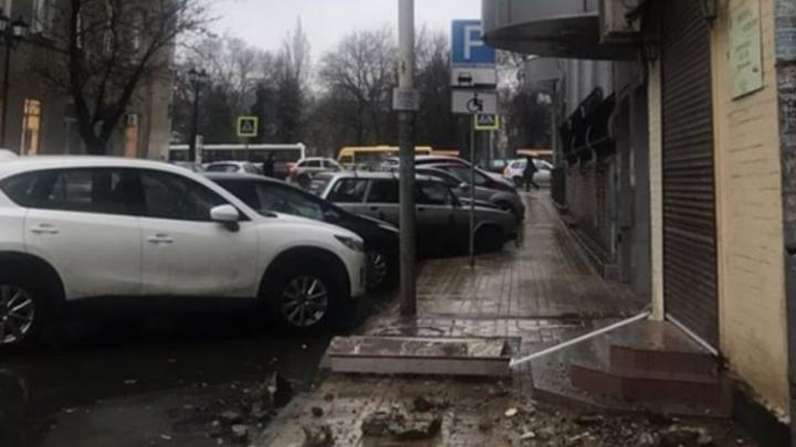 В Ростове на Шаумяна обрушилась часть фасада старого дома