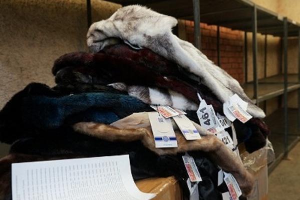 В аэропорту Рощино тюменские таможенники задержали крупную партию меховых шуб