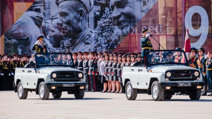 По площади маршем и на военных машинах: фоторепортаж с парада Победы в Перми