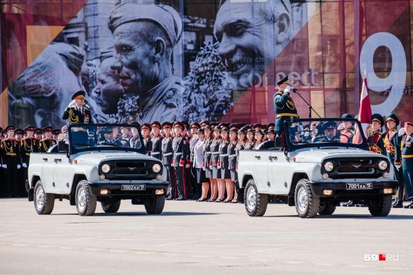В параде приняли участие около двух тысяч военных и околовоенных ведомств Прикамья