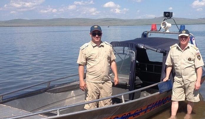 Пьяный красноярец устроил заплыв на надувном матрасе по озеру Белё и перевернулся