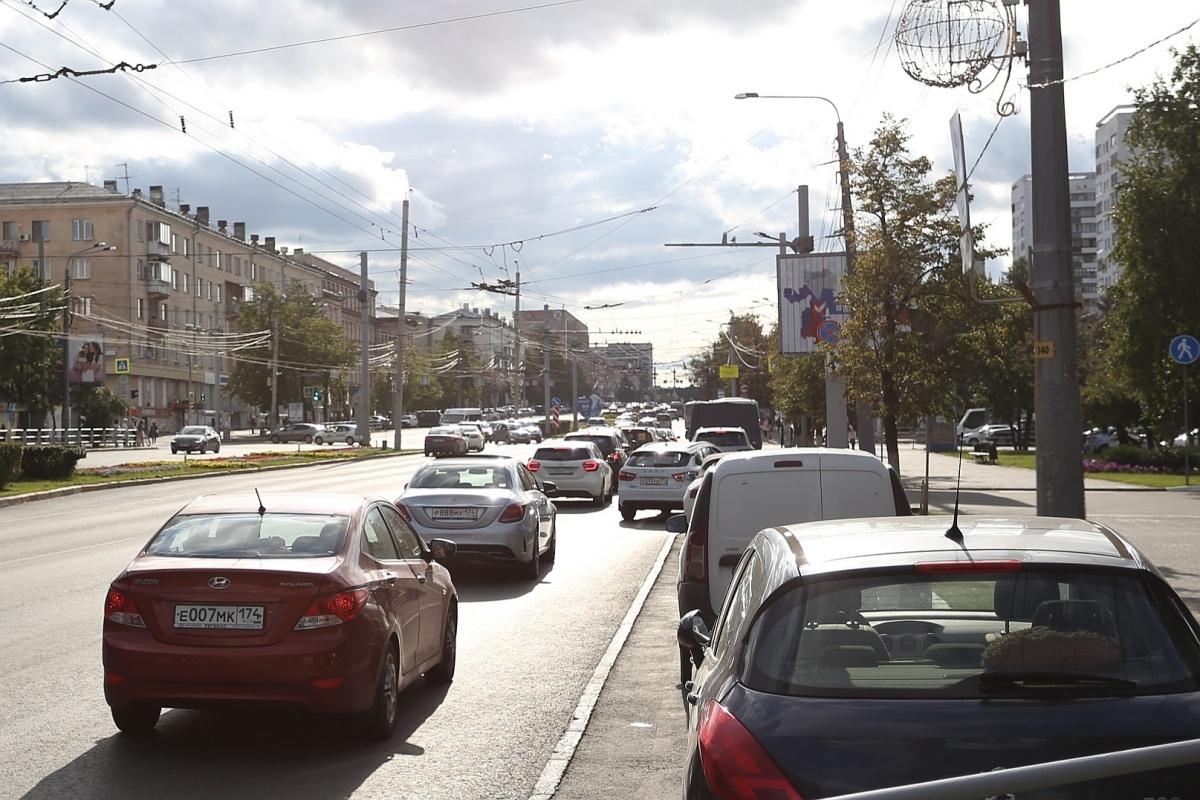 На перекрёстке проспекта Ленина и улицы Энгельса убрали знаки, но все по-прежнему поворачивают направо с двух полос