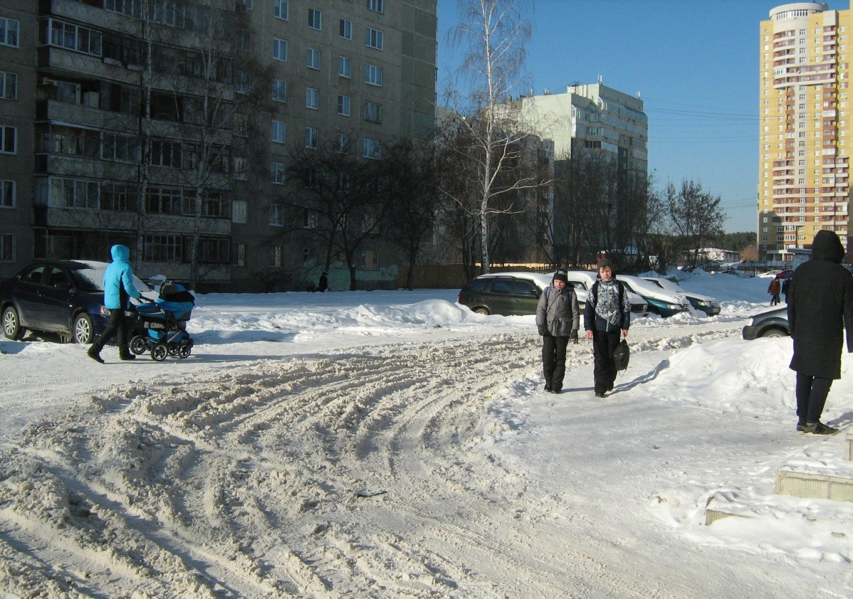 Проезд между домами на Рассветной, 7 и Сыромолотова, 19. По словам местных жителей, не убирался ни разу (фото нам прислали 20 февраля)