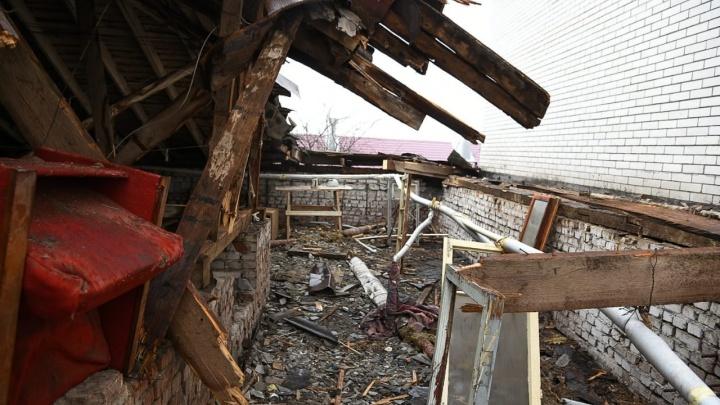 Застройщик оплатит ремонт крыши ростовской хрущевки, на которую упала стена долгостроя