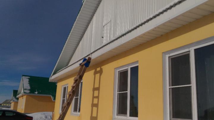 «Нарядные» домики: южноуральскую чиновницу отдали под суд за жильё для сирот с плесенью и гнилью