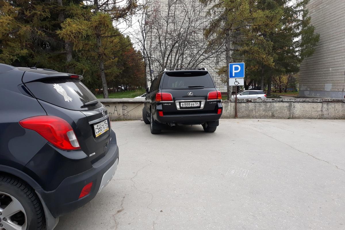 «Я паркуюсь как чудак»:Lexus В888ВВ — с таким номером можно всё