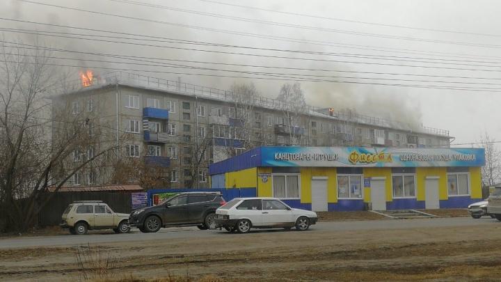 «Эвакуировали всех»: жуткие кадры с пожара в жилом доме в Канске, где горит вся крыша