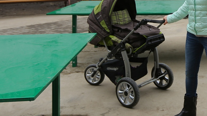 У многодетной мамы украли коляску во время прогулки по набережной