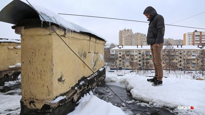 «С потолка льет как из ведра»: житель Уфы 20 лет добивается от коммунальщиков ремонта кровли