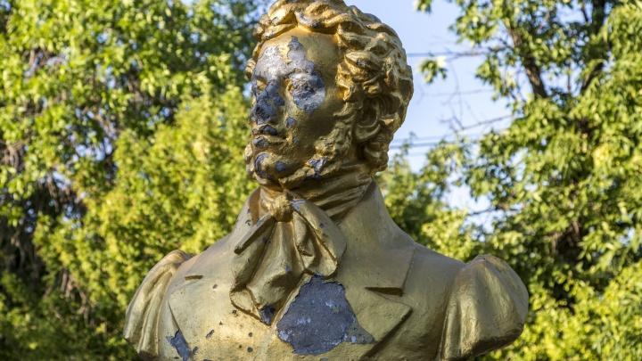 Волгоградские вандалы отбили нос полинявшему Пушкину