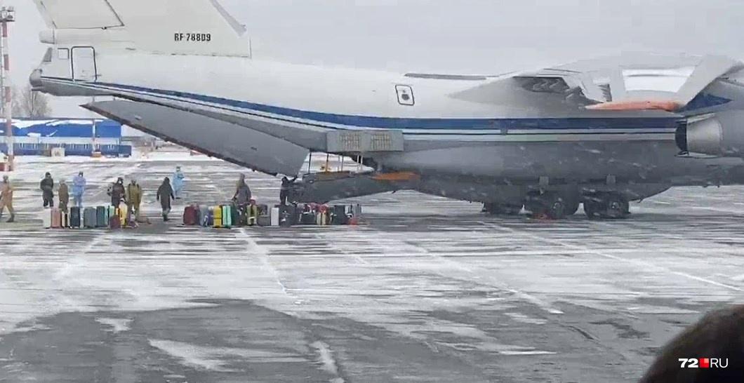 Всё. На месте остаются сотрудники аэропорта и военные, они продезинфицируют багаж и увезут его в зону карантина — реабилитационный центр «Градостроитель» в Винзилях