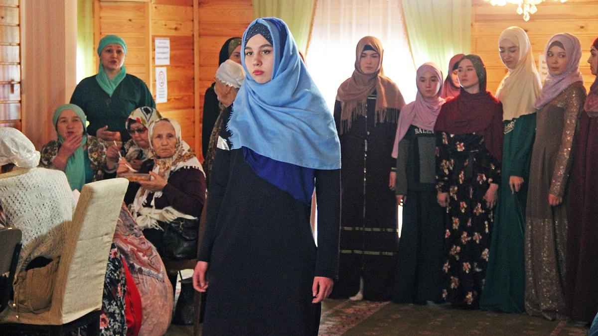 Показ одежды стал частью программы «Дня женщины»в исторической мечети«Ихлас» — на мероприятие собрались больше 100 мусульманок