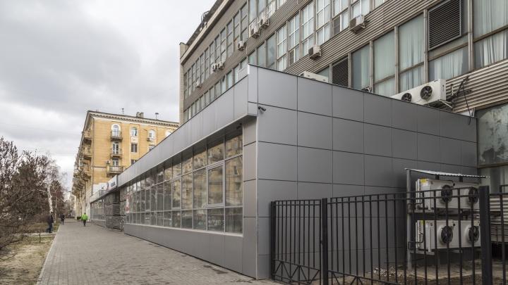 В Волгограде уникальную чеканку на улице Мира не вернули на место