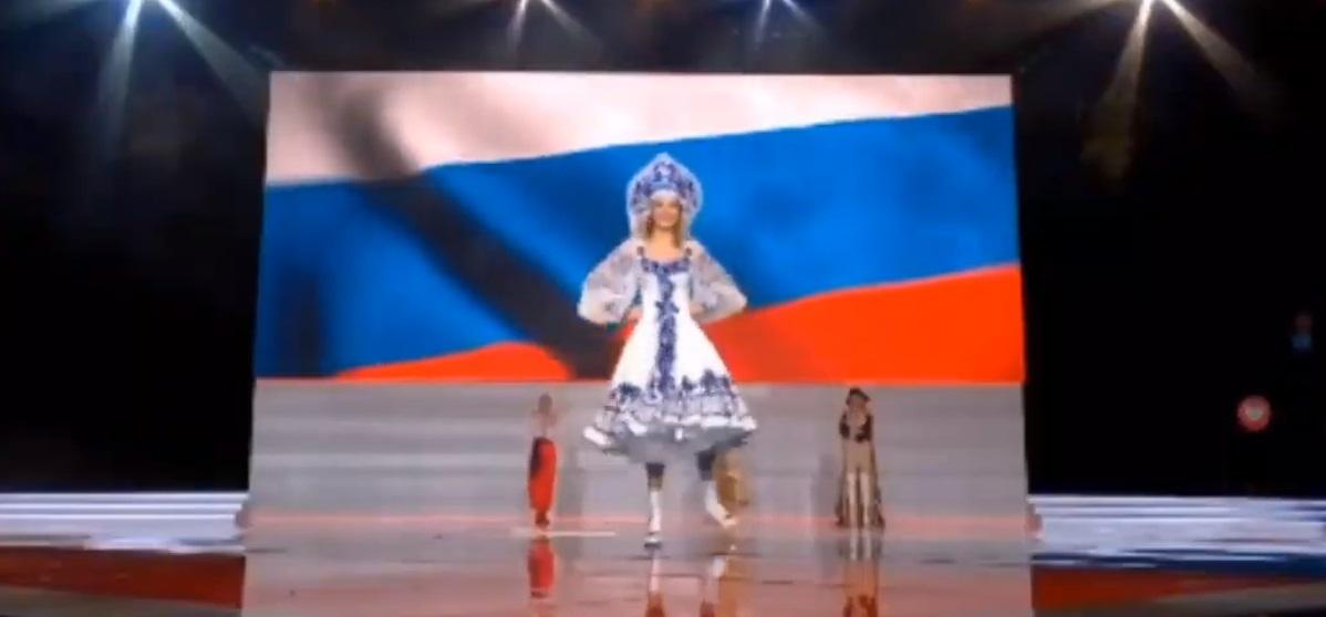 Алина станцевала в русском наряде и кокошнике