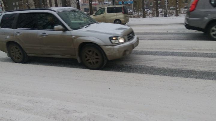 Разбившийся на зимней колее водитель отсудил у дорожников 105 тысяч
