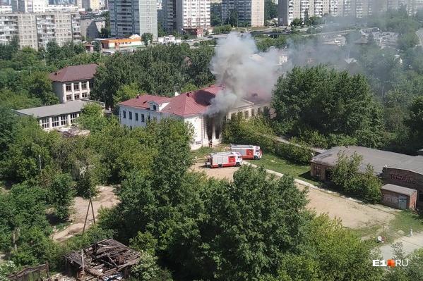 Огнем оказалось охвачено двухэтажное здание