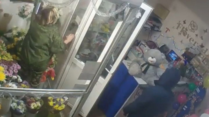 В Уфе вор-романтик ограбил цветочный магазин за 10 минут до Нового года