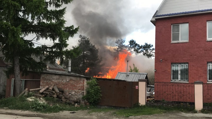 На Уктусе в частном секторе сгорели два жилых дома