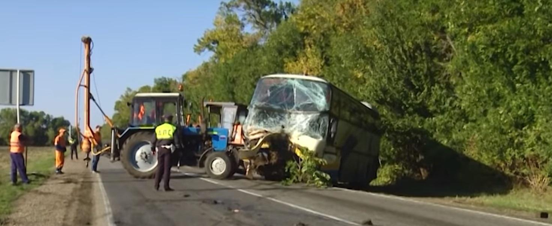 Автобус отбуксировали трактором