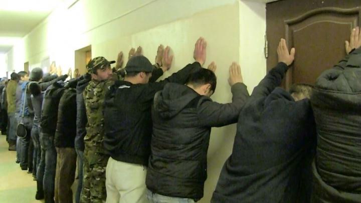 Одним штраф, другим —билет до дома: екатеринбургская полиция устроила облаву на мигрантов-нелегалов