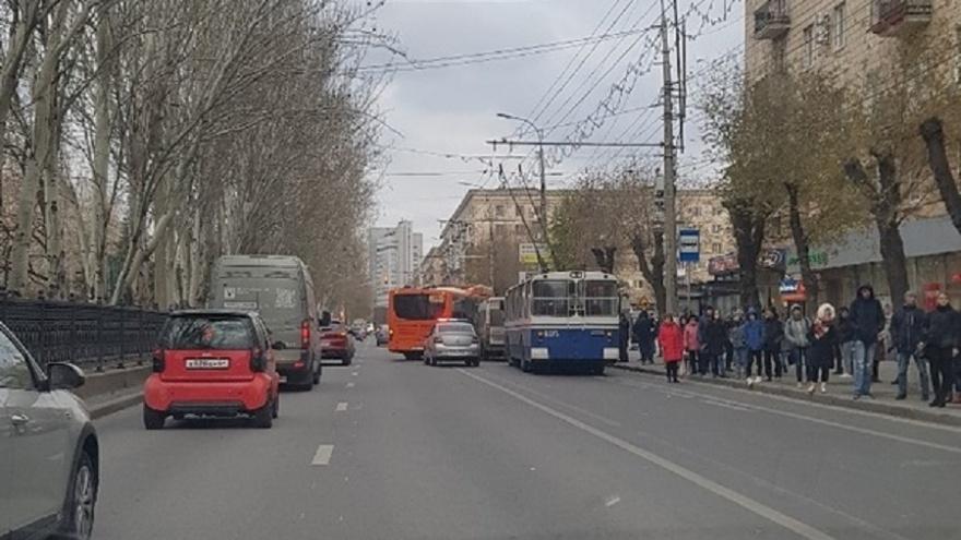 Пассажирки столкнувшихся в центре Волгограда автобуса и маршрутки разругались до сердечного приступа