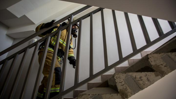 Два человека погибли в загоревшейся квартире пятиэтажки