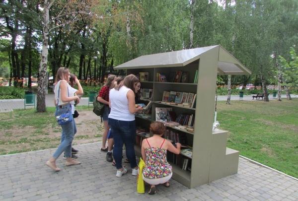 «Шорох бумажных страниц»: в Самаре уличные библиотеки пополнили книгами