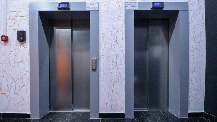 В 114 многоэтажках Екатеринбурга заменят старые лифты к маю
