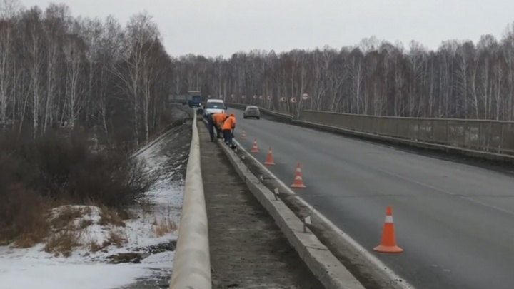 «Скидывают грязь в реку»: челябинца возмутила работа дорожников на мосту через Миасс