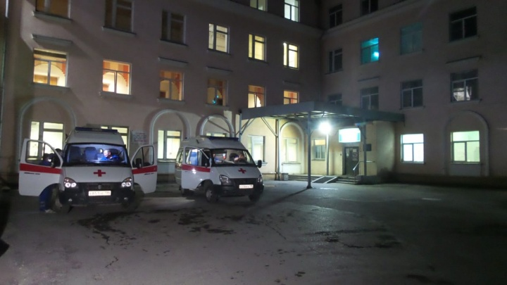 В Екатеринбурге женщина умерла у больницы, не дождавшись помощи