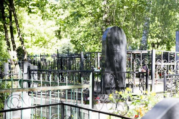 Могилы остались без оград