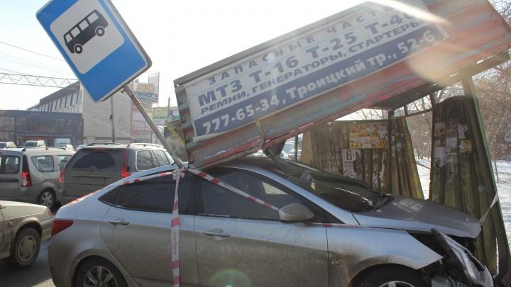 Поскользнулся на дороге: в Челябинске автомобилист разнёс остановку возле торгового комплекса