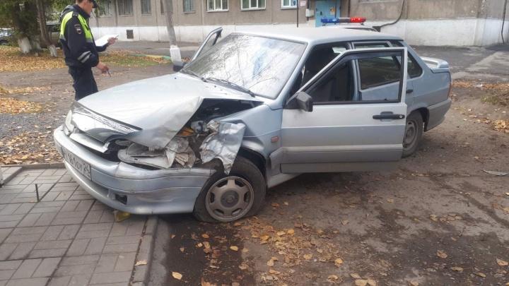 Дети угнали ВАЗ и разбили машину об дерево, уходя от погони