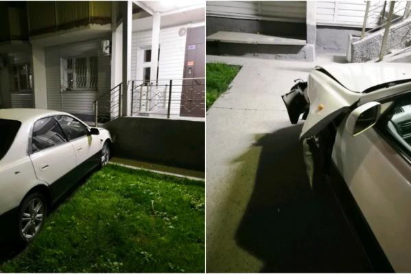 Авария произошла в ночь на 13 июля — водитель задел несколько машин на парковке, а потом влетел в жилой дом