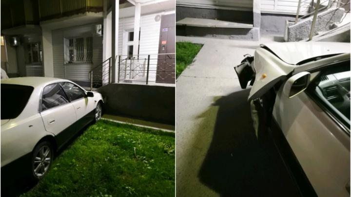 «Тойота» вылетела с улицы и врезалась в подъезд жилого дома