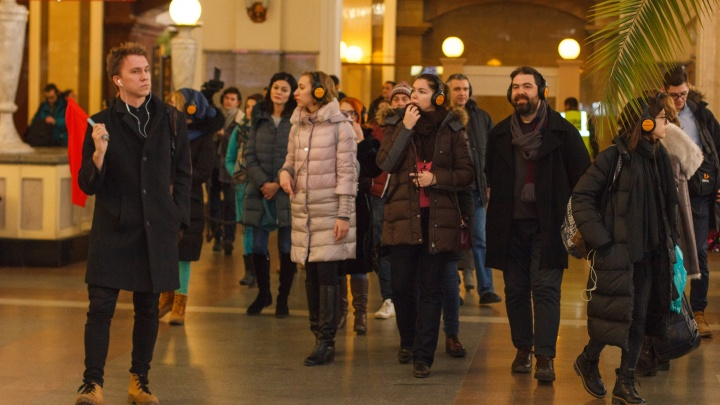 Толпа людей в наушниках два часа искала актёров на вокзале Новосибирск-Главный