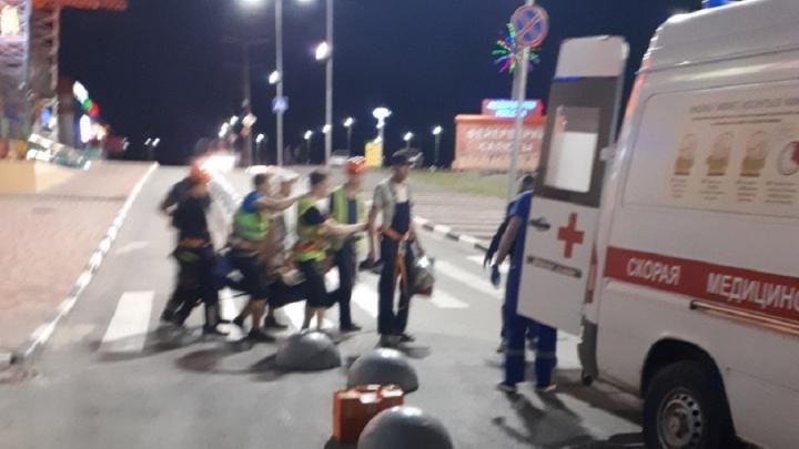 В торговом центре Волгограда рабочий сорвался со строительных лесов