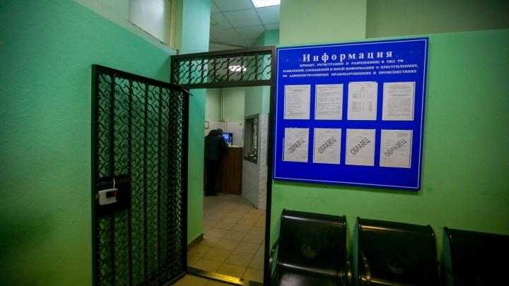 Недовольный задержанием мужчина избил полицейского в отделении, но отделался штрафом