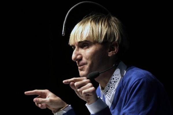 Киборги уже больше не научная фантастика. Герой фильма «Киборги среди нас» (16+) — художник Нил Харбиссон не может видеть цвет, но благодаря антенне, вживленной в его голову, он может слышать его. Антенна улавливает цвет