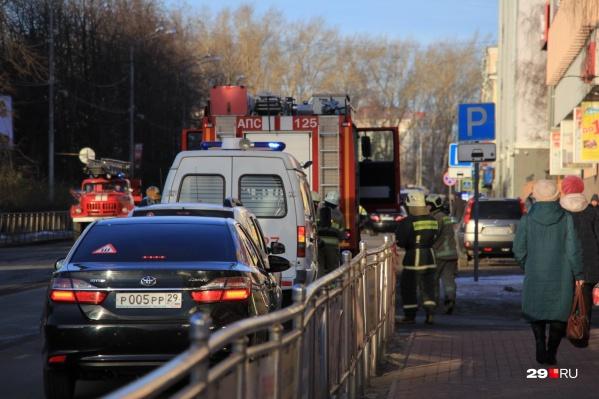 На входе в здание ФСБ молодой человек взорвал самодельное устройство