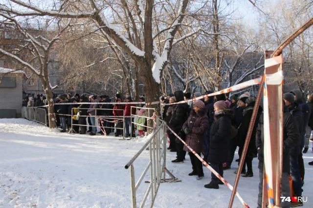 Несмотря на мороз, люди продолжают ждать новостей