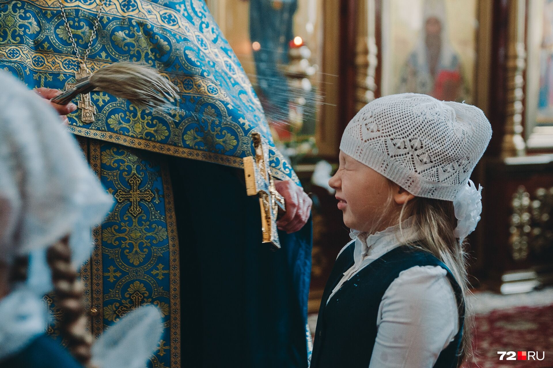 Девочки помимо красивых белых бантов надели на голову еще и платочки