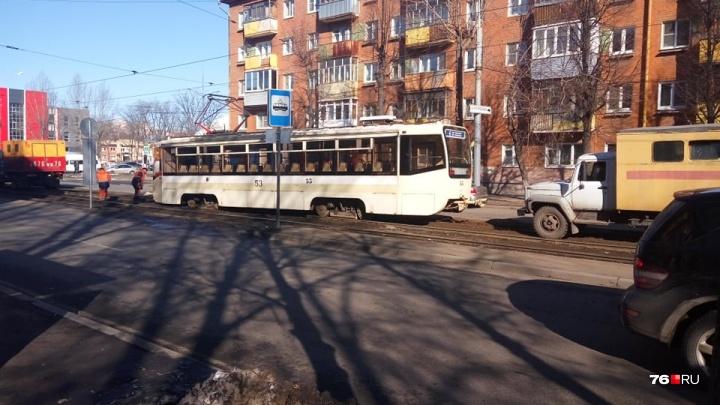 «Пришлось менять схемы движения»: в Ярославле устраняют последствия схода трамвая с рельсов