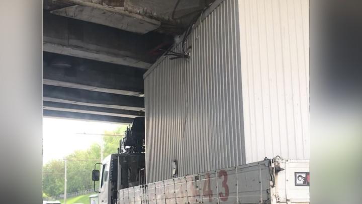 Грузовик застрял под мостом и поставил Свободный в пробку