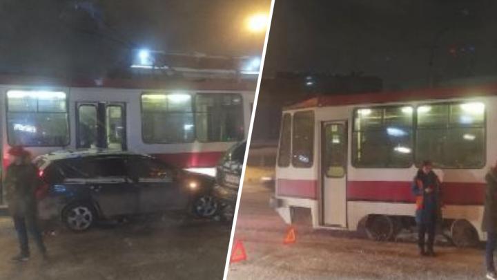 Универсал уходил от столкновения и зацепил трамвай напротив «МЕГИ»— собралась большая пробка