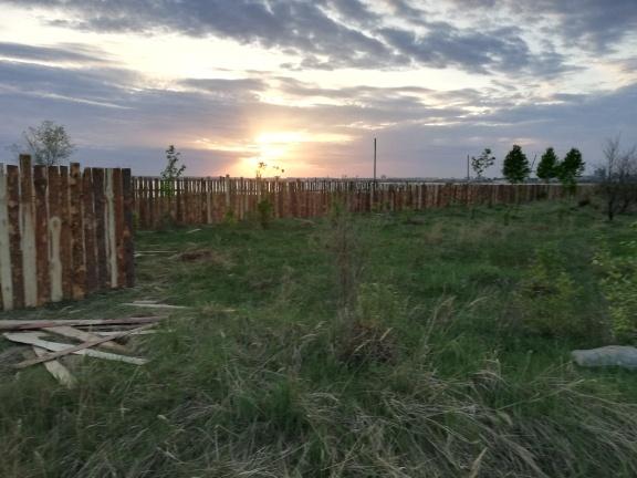 Берег огородили забором