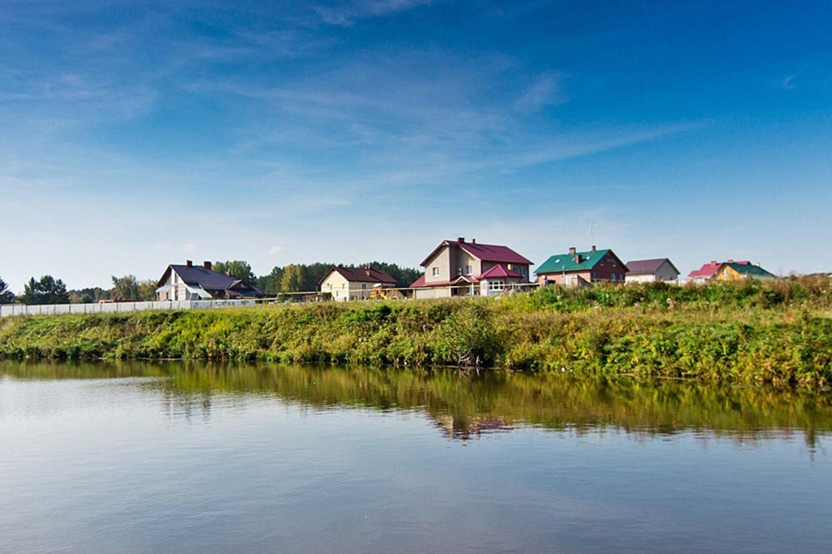Вид на коттеджный поселок «Бобры» с берега реки Бобровки