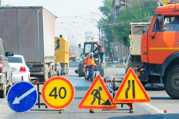 Рабочие раскопают дорогу