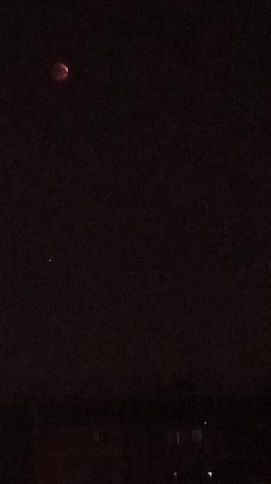 На некоторых фотографиях очень сложно разглядеть Луну. Так же, как и на небе